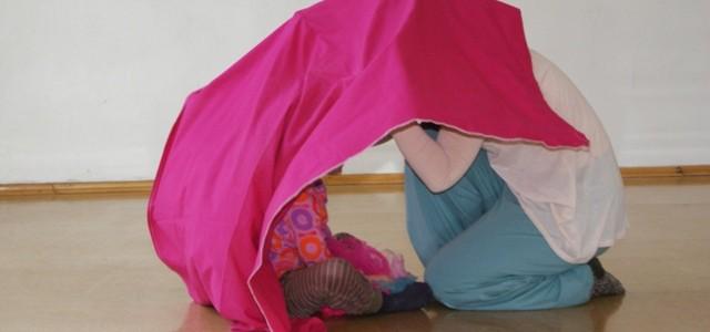 gemeinsam verstecken unter Tuch
